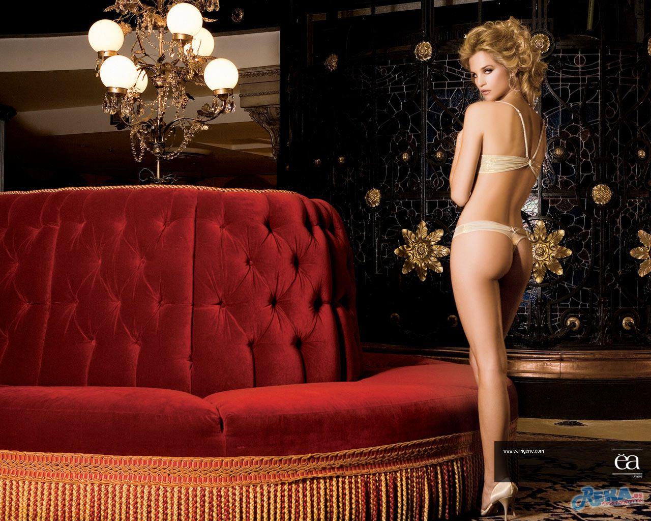 Liz_Solari_-_EA_Lingerie_-_Queens_Glam_2007_-_Wall_B_-_1280x1024.jpg